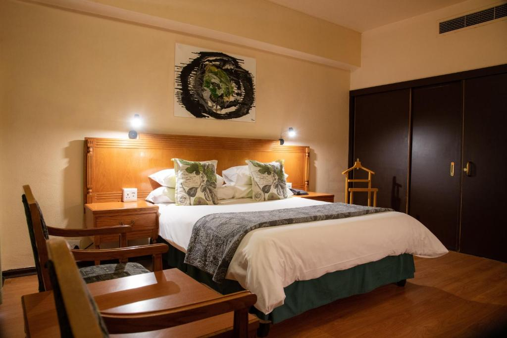 A bed or beds in a room at BON Hotel Bloemfontein Central