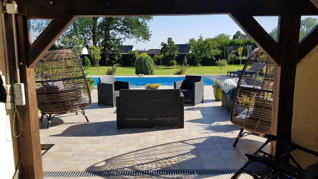 Vue sur la piscine de l'établissement Le domaine du Moulin - SPA et Piscine ou sur une piscine à proximité
