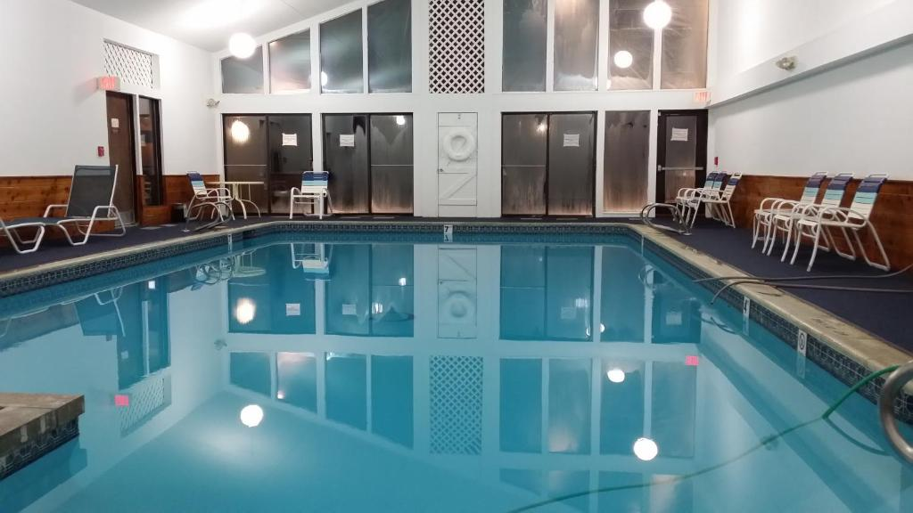The swimming pool at or near Cascades Lodge