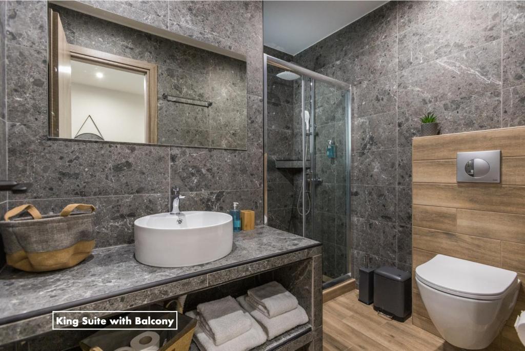 A bathroom at Athens Raise Acropolis Project