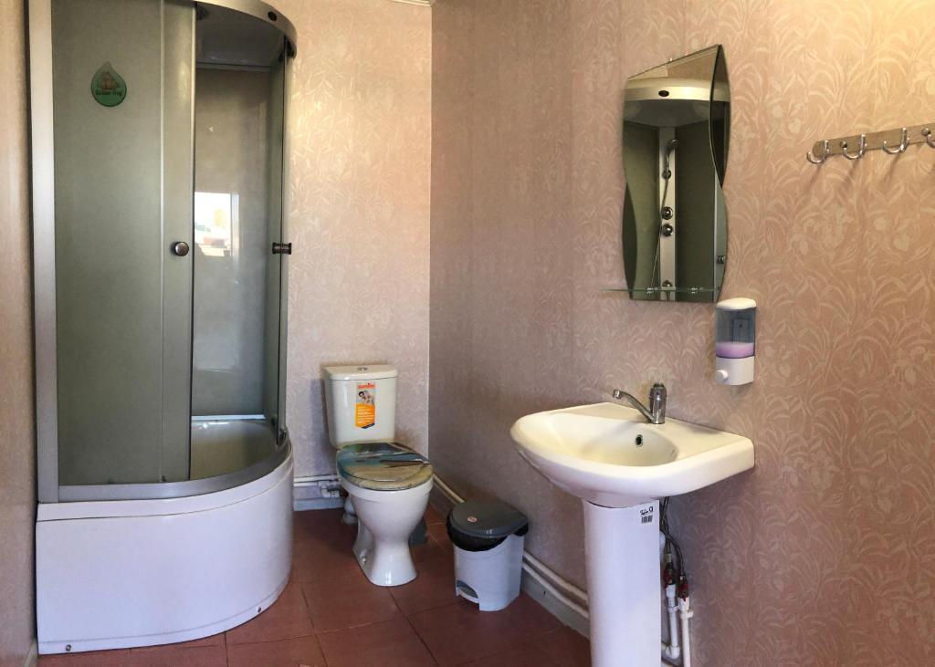 A bathroom at Новая Волна
