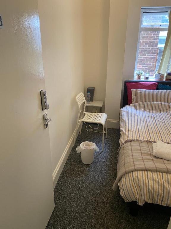 A bathroom at Tiny Room for Solo Traveller with single bed close to Luton Airport and Town