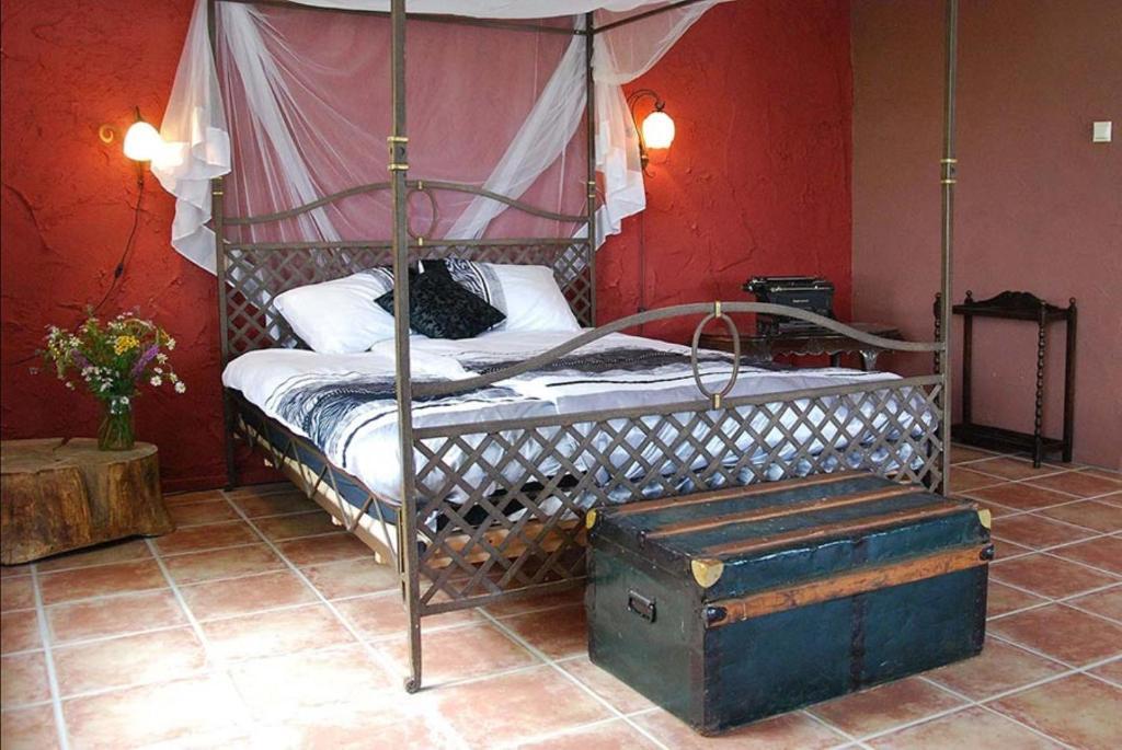 Een bed of bedden in een kamer bij Gezinskamer van Waard van Kekerdom