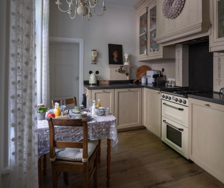 A kitchen or kitchenette at Guesthouse Elisabeth Maastricht