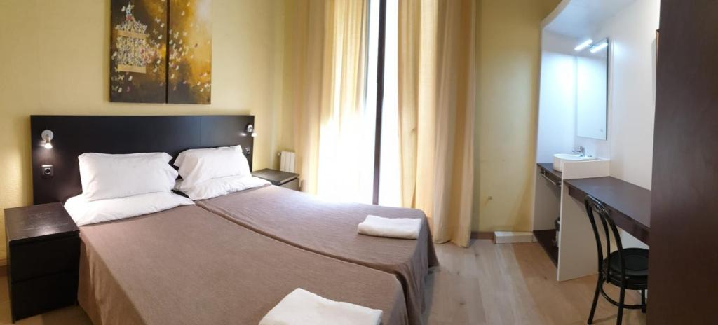 Un ou plusieurs lits dans un hébergement de l'établissement Hostal Baires