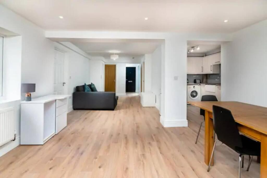 A seating area at Beautiful Spacious Two Bedroom Central Apartment!