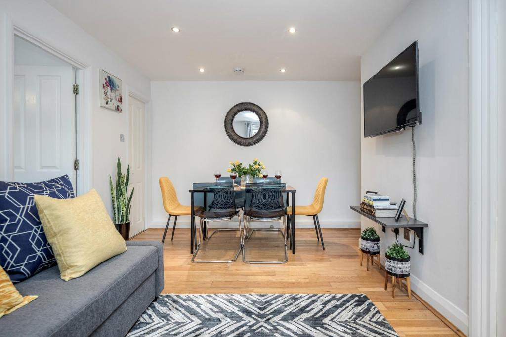 A seating area at Chic 2-Bed Apt - London Zoo - Shopping - Events