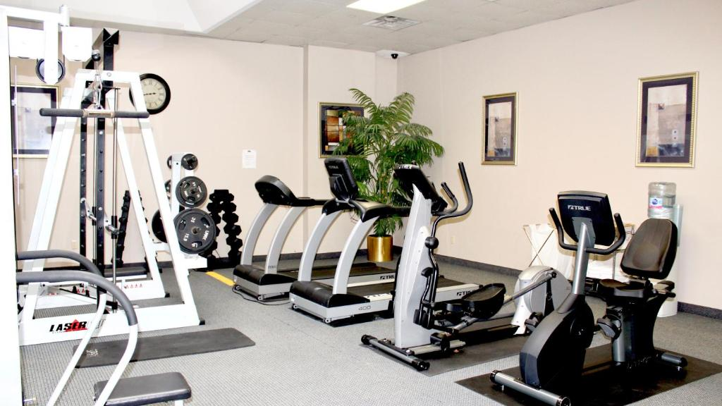 The fitness centre and/or fitness facilities at Marco LaGuardia Hotel & Suites