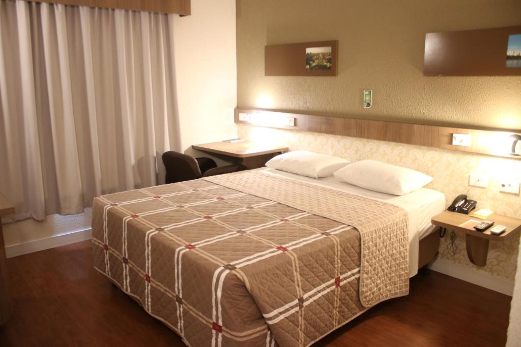 A bed or beds in a room at Hotel 10 Goiânia