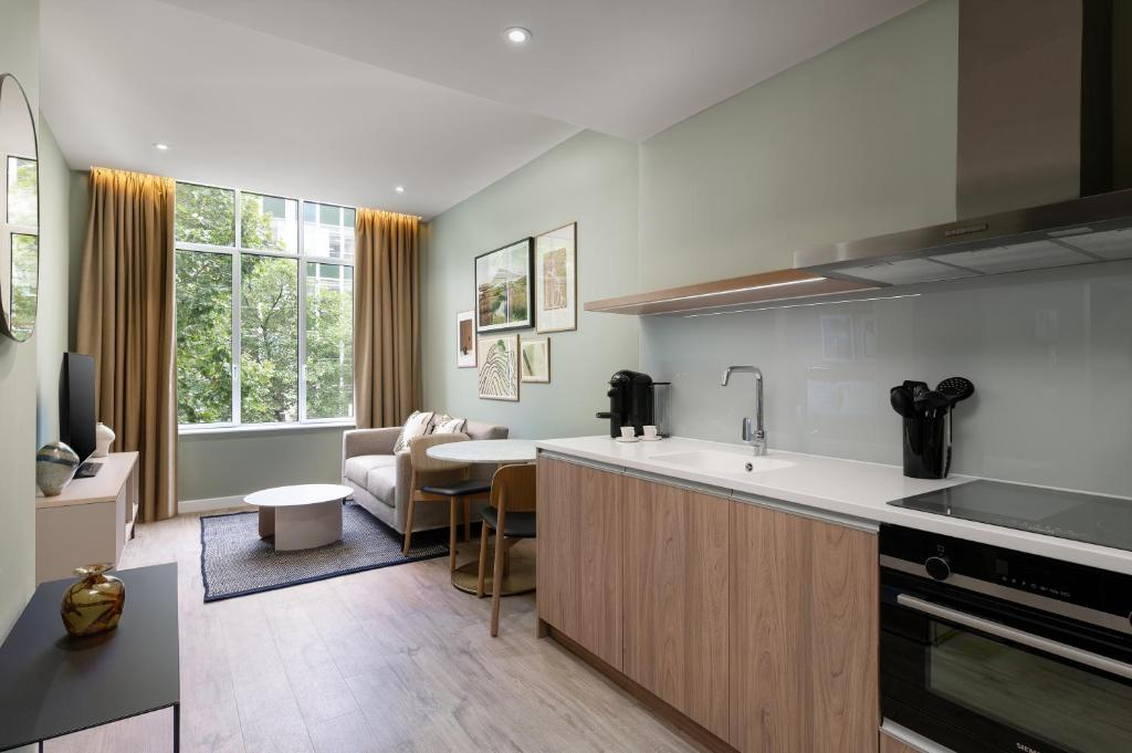 A kitchen or kitchenette at The Lincoln Suites