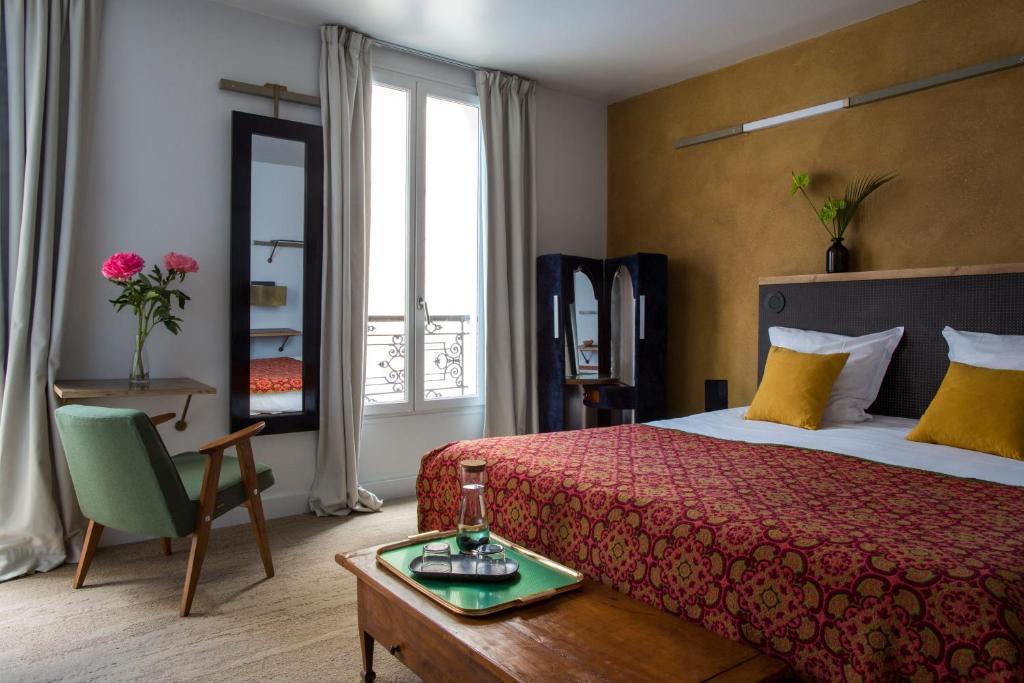 A bed or beds in a room at Hôtel La Nouvelle République