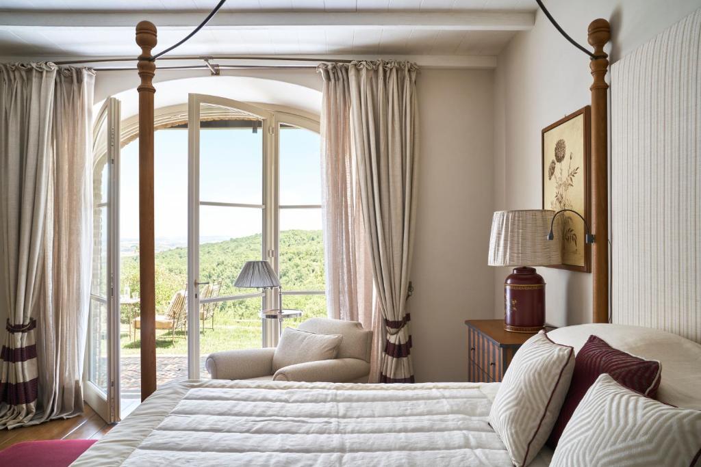 Letto o letti in una camera di Rosewood Castiglion del Bosco