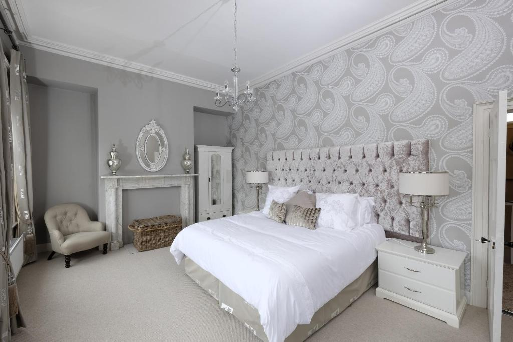 A bed or beds in a room at Willoughby Place