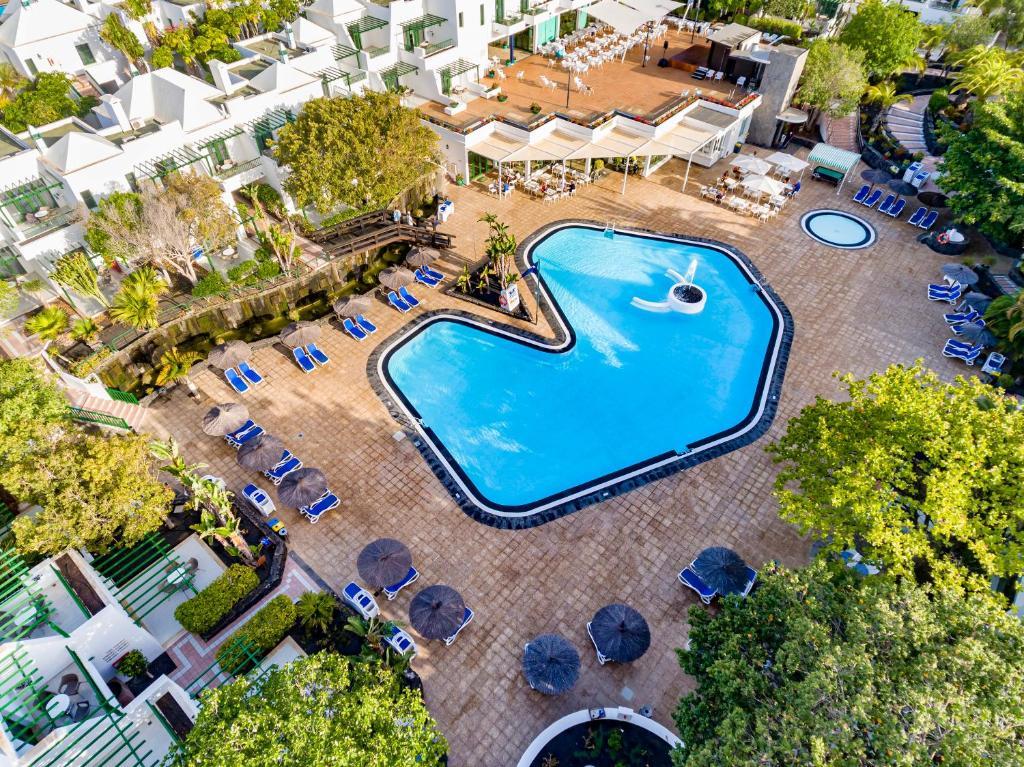 Uitzicht op het zwembad bij THB Royal of in de buurt