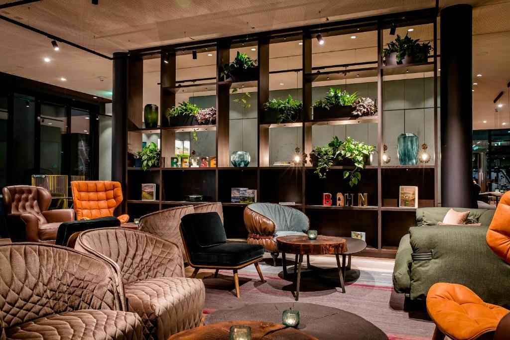 The lobby or reception area at Motel One Stuttgart-Hauptbahnhof