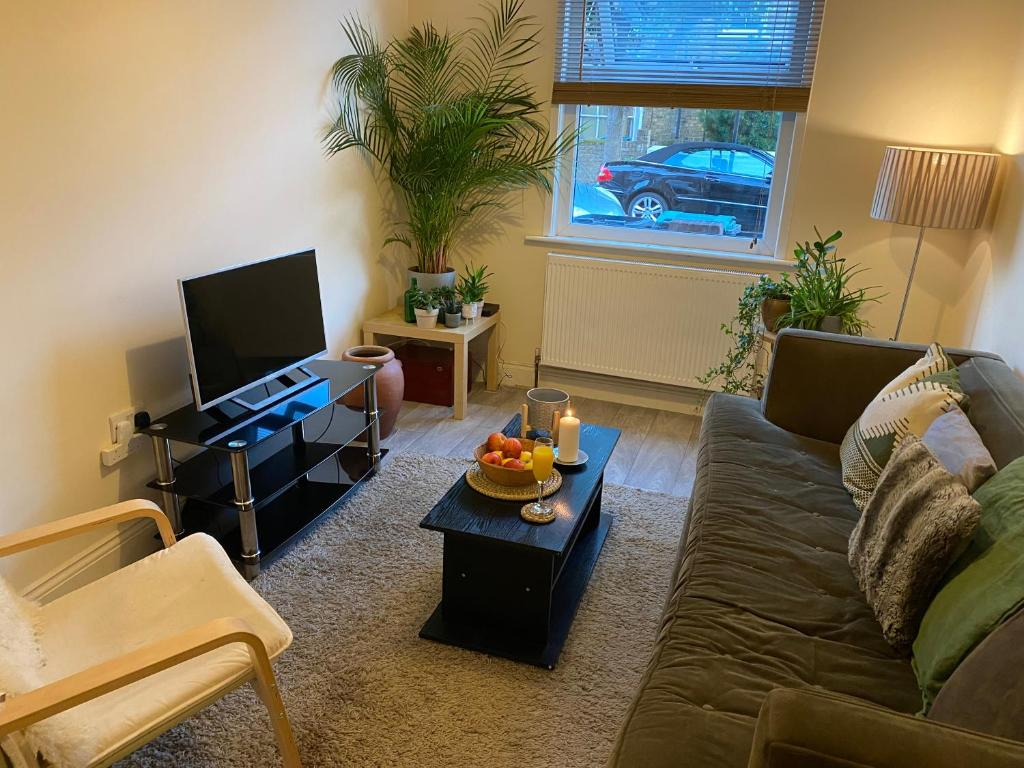 A seating area at 35 mins to central London. 3 bedrooms. 2 bathrooms with garden