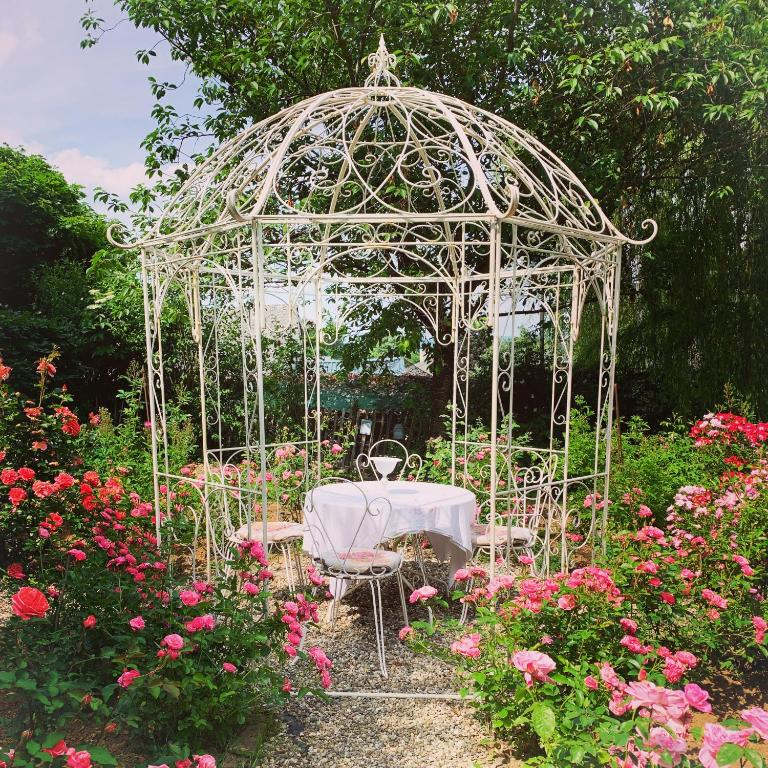 Ein Restaurant oder anderes Speiselokal in der Unterkunft Isabelle's Rosegarden