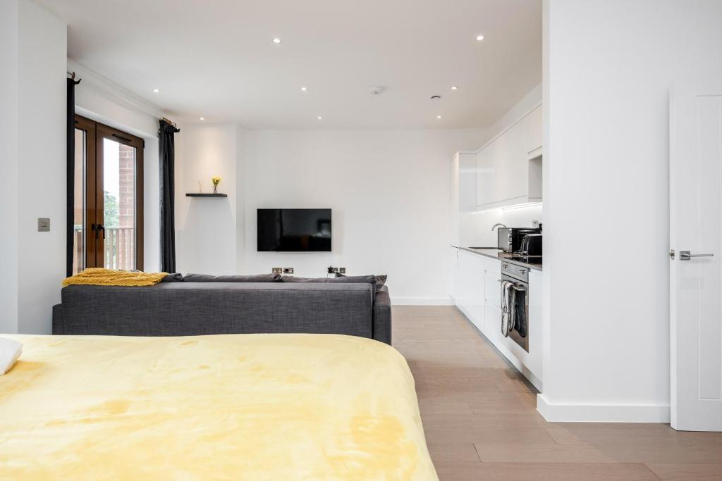 A kitchen or kitchenette at Luxury Studio Apartment St Albans - Free WiFi and Parking with Amaryllis Apartments