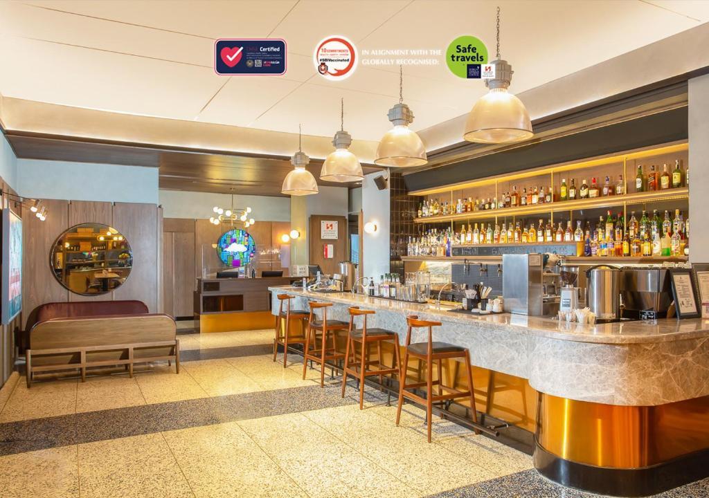The lounge or bar area at Swiss-Belinn Wahid Hasyim