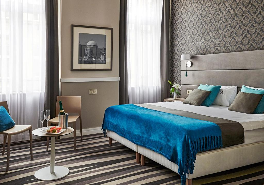 A bed or beds in a room at Hotel Central Basilica