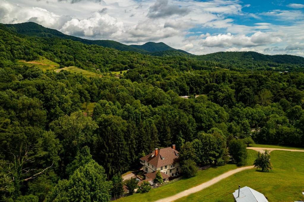 A bird's-eye view of Engadine Inn and Cabins
