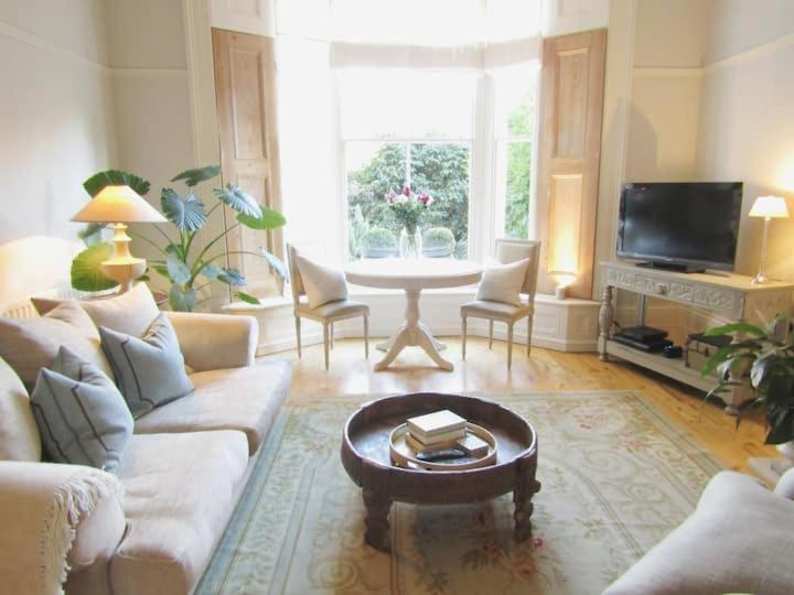 A seating area at Crouch End Apartment
