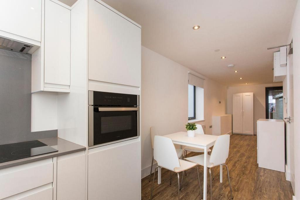 A kitchen or kitchenette at Manor House Studios