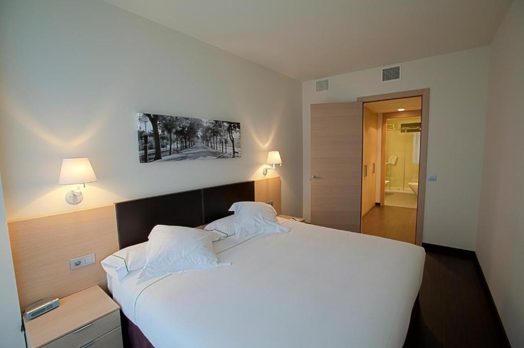 Cama o camas de una habitación en Hotel Zenit Jardines de Uleta Suites