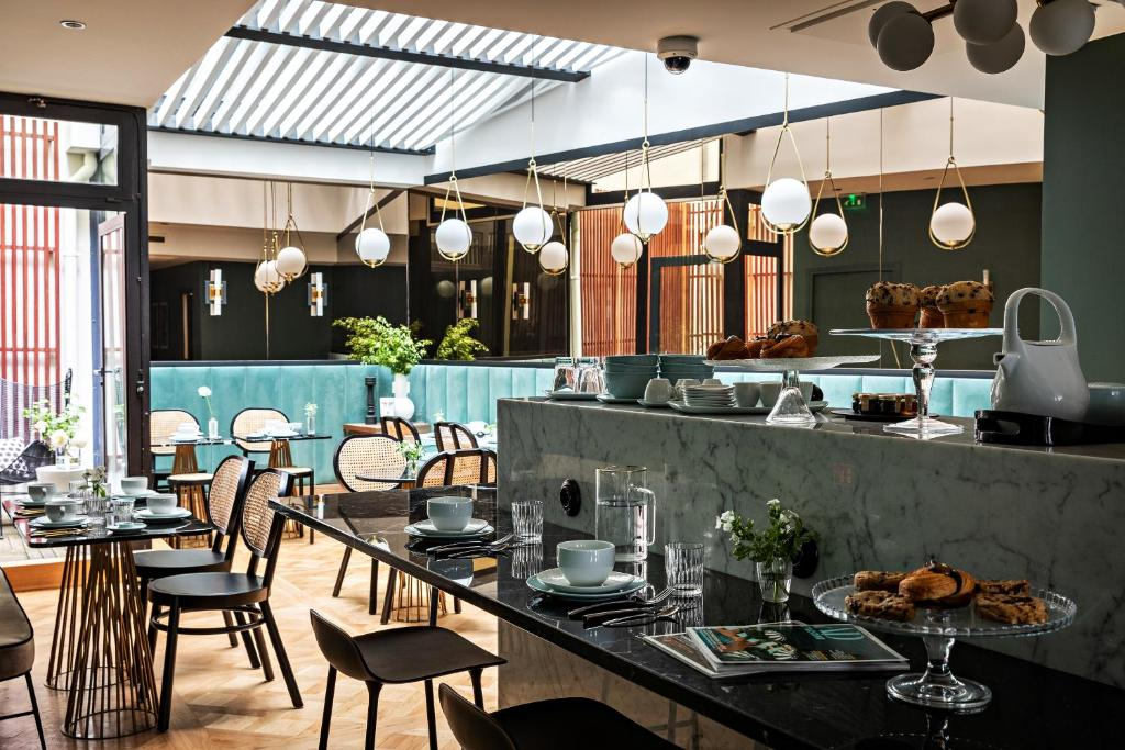 A restaurant or other place to eat at Holiday Inn Paris Elysées, an IHG Hotel