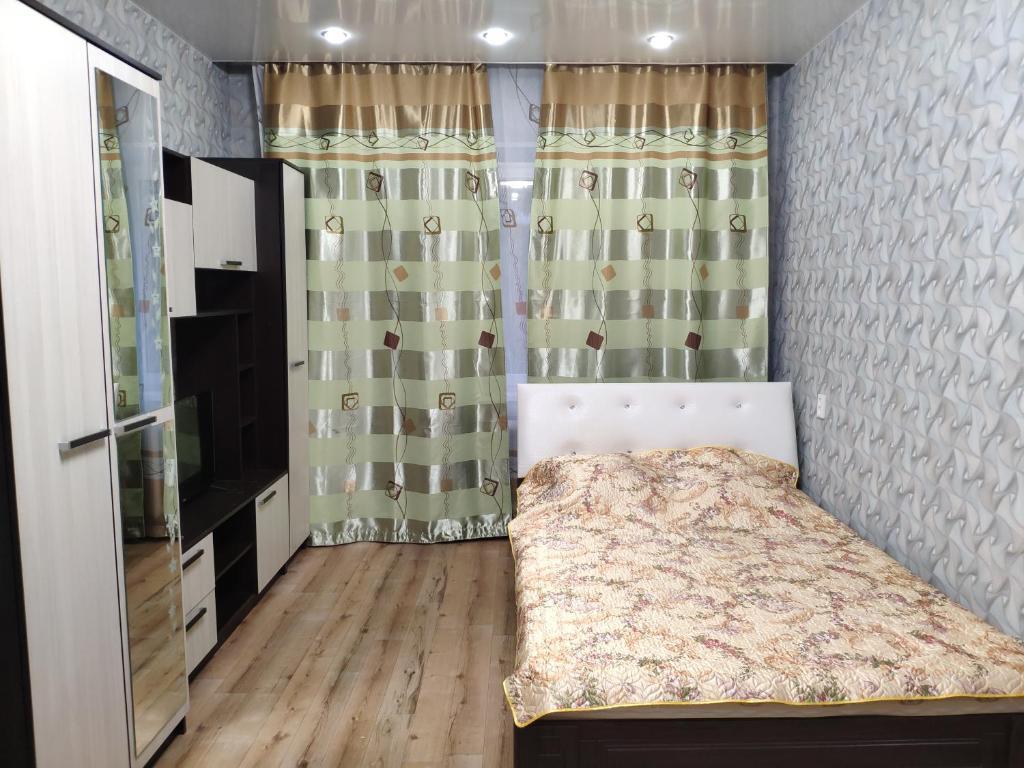 Кровать или кровати в номере Apartament On Olimpiyskaya 85
