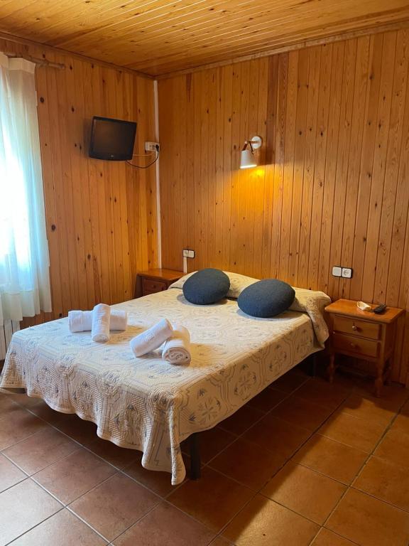 A bed or beds in a room at Habitacions Casa rural Peret de Pereto
