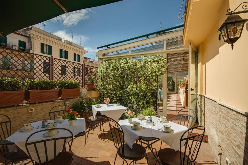 Ein Restaurant oder anderes Speiselokal in der Unterkunft Hotel Borromeo