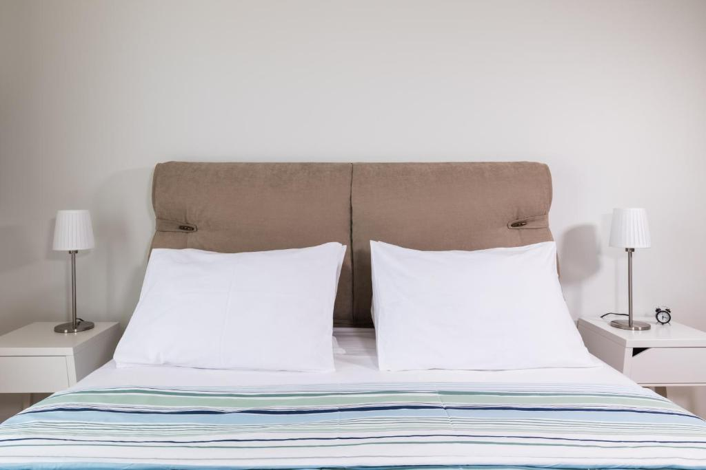 A bed or beds in a room at Anivia Apartments Airport by Airstay