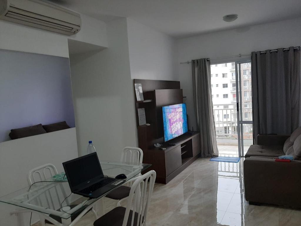 Una televisión o centro de entretenimiento en Oásis Parque 10, 3 quartos com Piscina