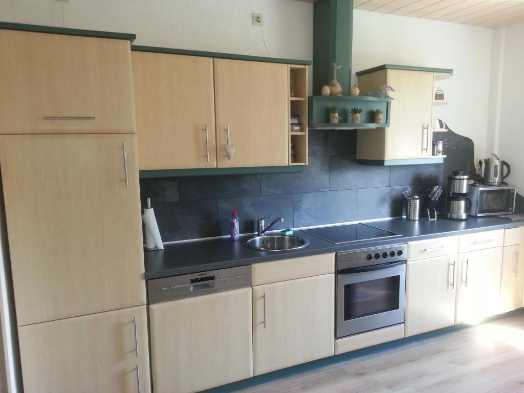 """A kitchen or kitchenette at Ferienwohnung """"Am Vaterlandsgrubenweg"""""""