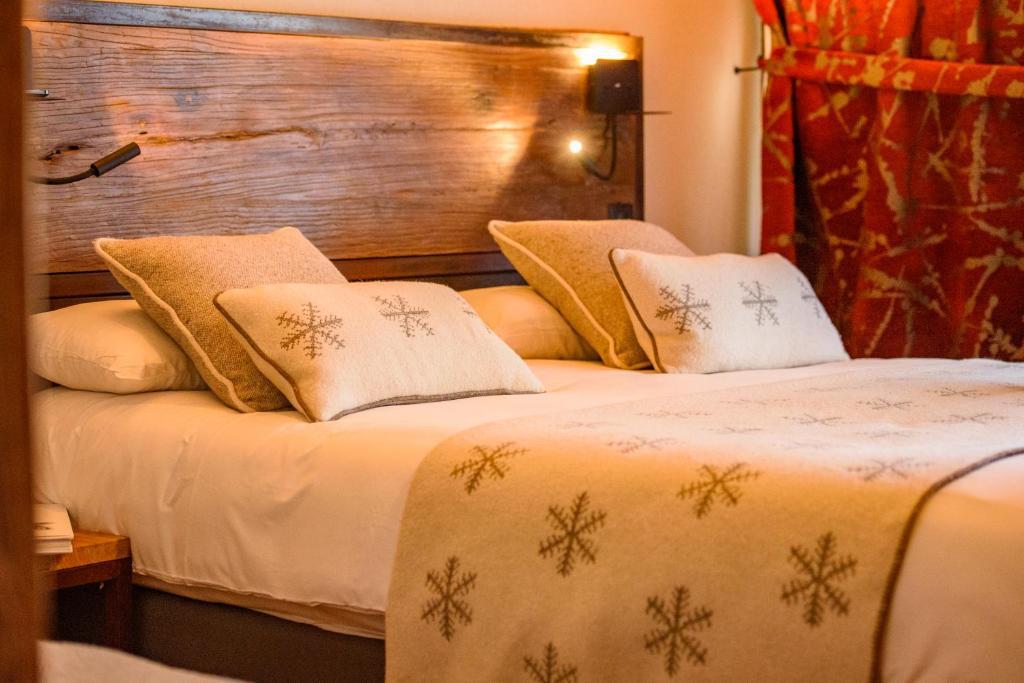 Łóżko lub łóżka w pokoju w obiekcie Hôtel Neste de Jade