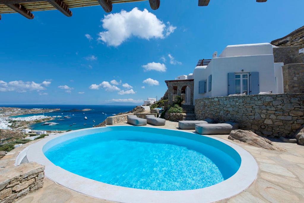 Piscine de l'établissement Psarou Villa with private pool by Diles Villas ou située à proximité