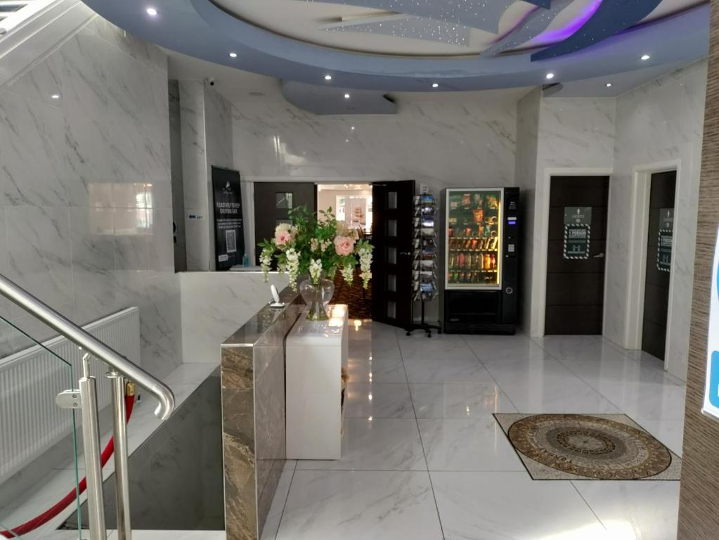 The lobby or reception area at Torbay Court Hotel