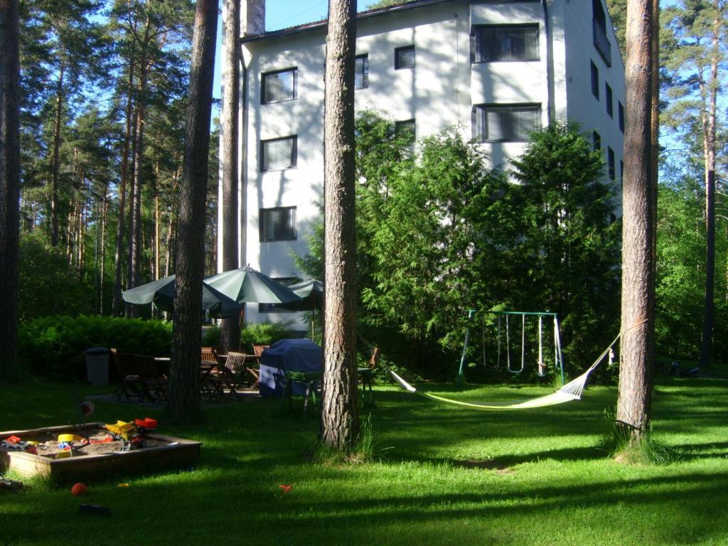 Puutarhaa majoituspaikan Hotelli Mäntylinna ulkopuolella