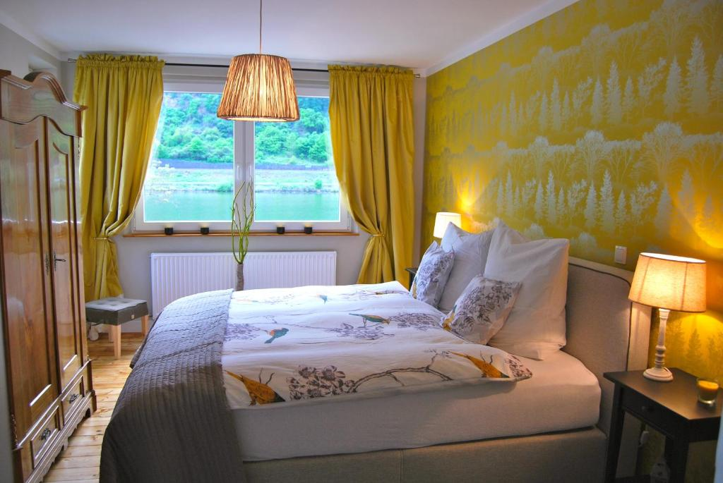 Een bed of bedden in een kamer bij Landhaus Moselschön