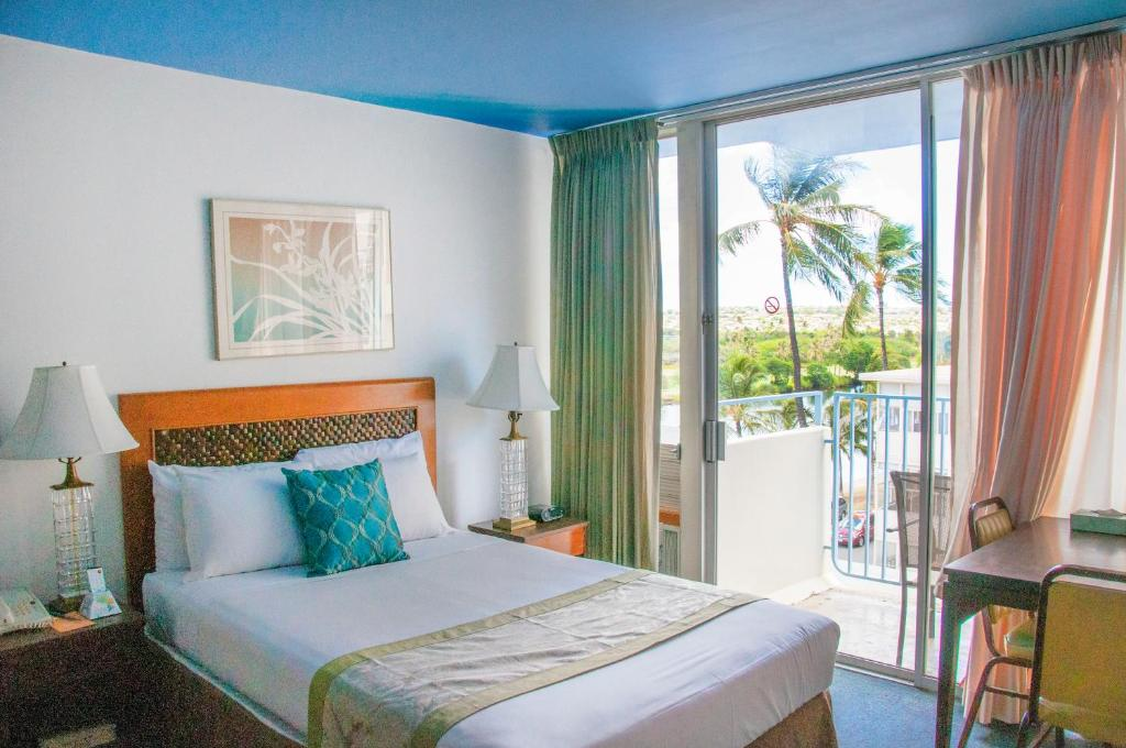 A bed or beds in a room at Holiday Surf Hotel (with full kitchen)