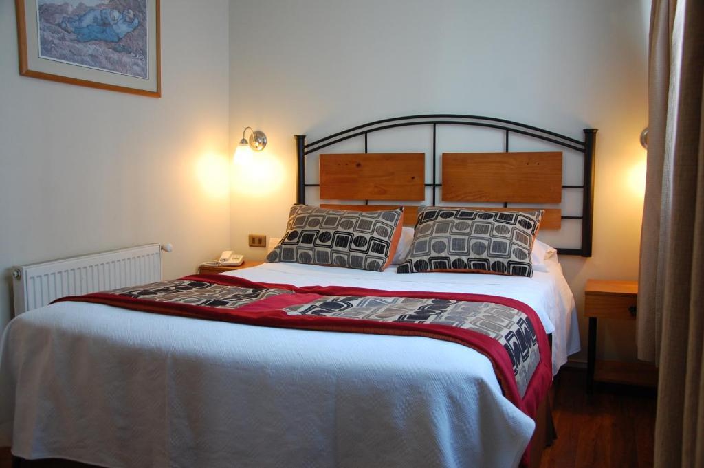 En eller flere senger på et rom på Hotel Plaza Concepción