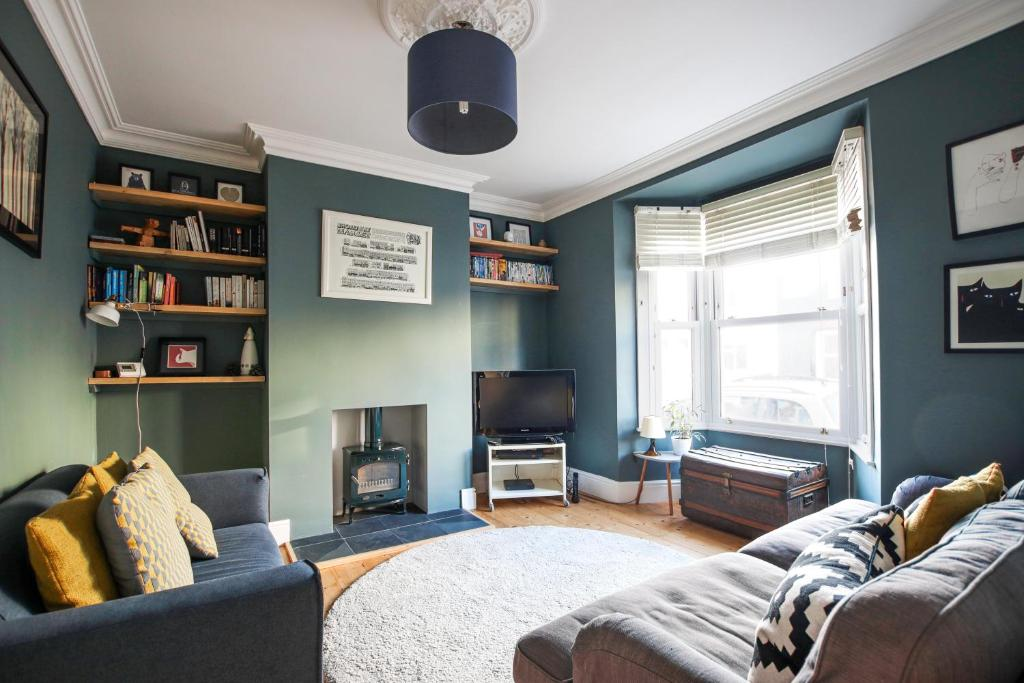 A seating area at Tranquil 2 Bedroom Home in Totterdown