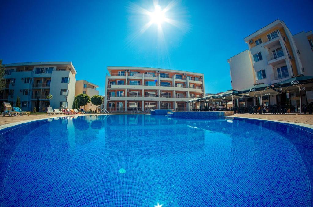 Bazén v ubytovaní Nessebar Fort Club Apartments alebo v jeho blízkosti