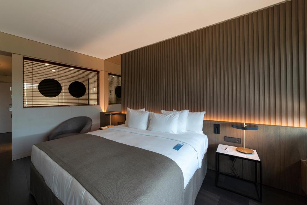Een bed of bedden in een kamer bij BAH Barcelona Airport Hotel