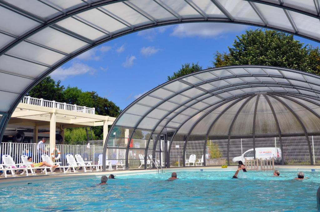 The swimming pool at or near Camping Le Walric