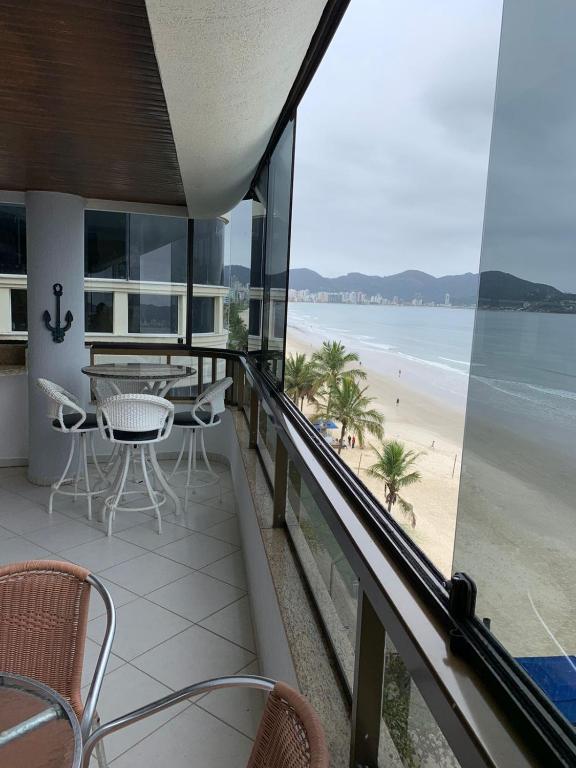 A balcony or terrace at Cobertura frente ao mar Meia Praia -Itapema -SC
