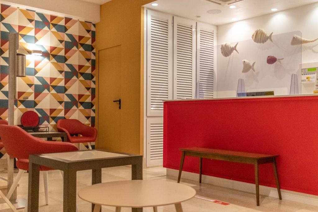 Hall o reception di Apartamentos Poniente Playa