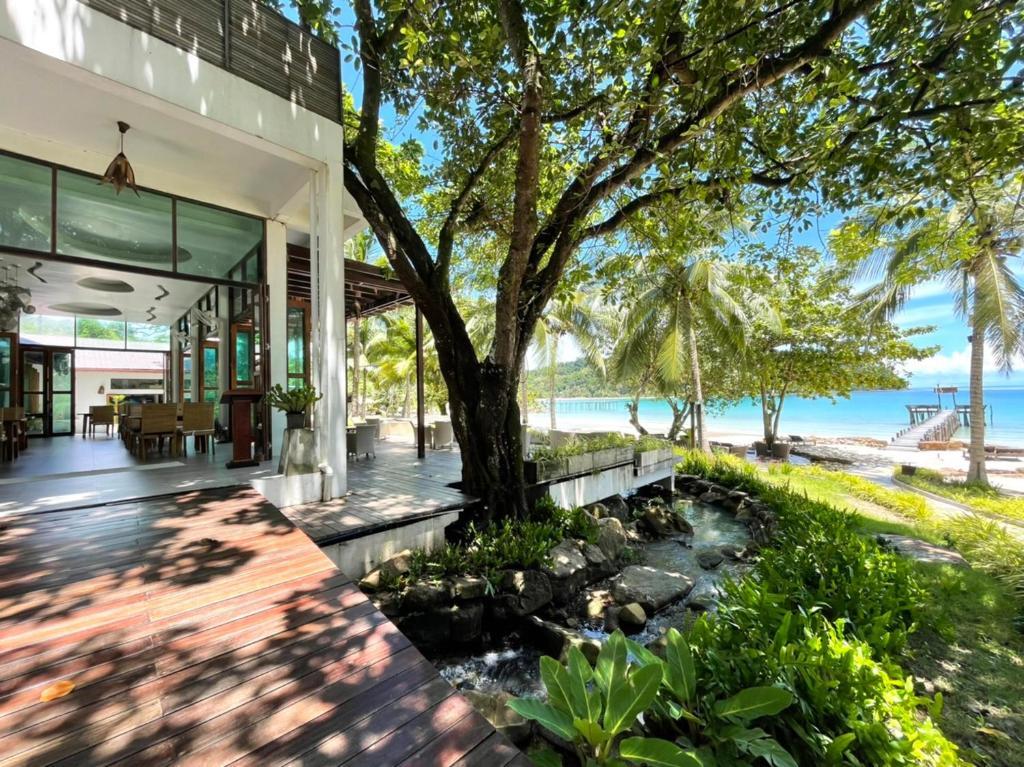 Der Swimmingpool an oder in der Nähe von The Beach Natural Resort Koh Kood