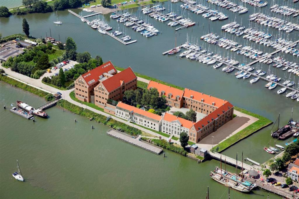 Een luchtfoto van Hotel Oostereiland